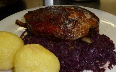 Knusprig gebratene Ente mit Knödel und Blaukraut